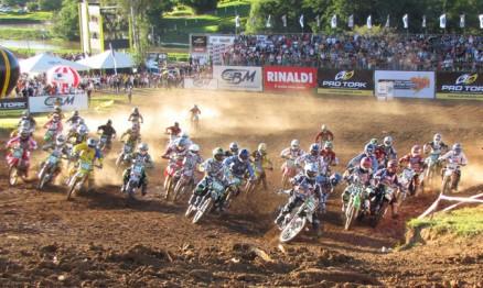 Largada da categoria MX1 na primeira etapa em Siqueira Campos