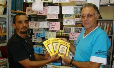 Arnaldo, à esquerda, entregando o livreto na sua ex-escola