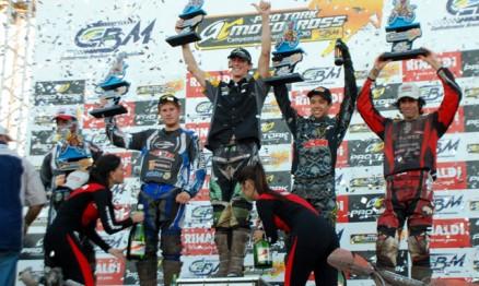 Pódio da categoria MX1 com Scott Simon no lugar mais alto