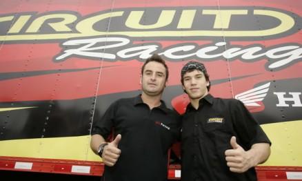 Vinicius Pernilongo dá assessoria para o piloto Gustavo Takahashi