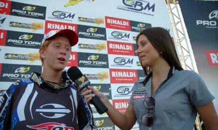 Anderson Amaral sendo entrevistado por Daniela Burgonovo