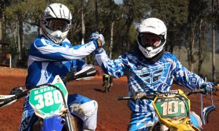 Marcelo e Claudinei bateram guidão na categoria MX4