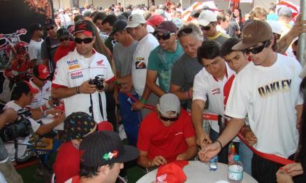 Guarniere e Leok dando autógrafos em Campo Grande