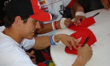 Swian e Marronzinho dando e recebendo carinho dos fãs
