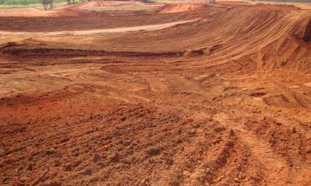 A terra é seca e será tratada para a pista não ficar dura