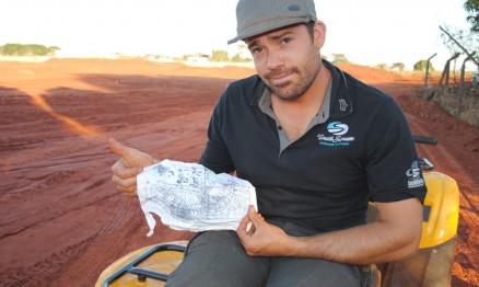 Justin com o desenho do traçado do GP Brasil de MX