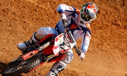 O paranaense Endrews Armstrong compete com moto 150