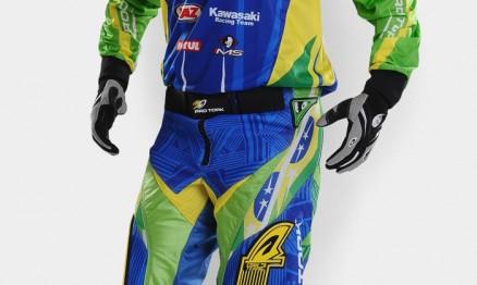 Uniforme destaca as cores da bandeira do Brasil