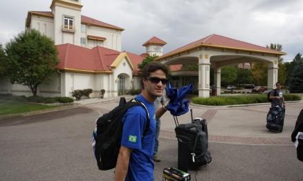 Pipo Castro na chegada ao hotel em Lakewood