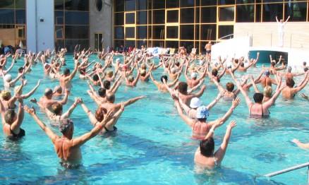 A hidroginástica tem levado muitas pessoas as piscinas