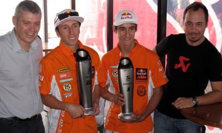 Cairoli e Musquin receberam homenagem da Akrapovic pelos títulos