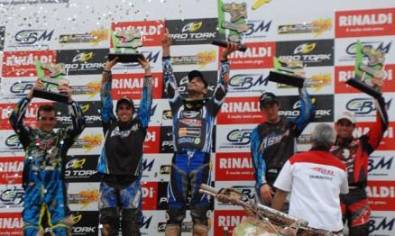 Pódio da categoria MX1 com Jorge Balbi Jr. no degrau mais alto