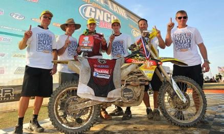 Josh Strang comemora o título junto com sua equipe