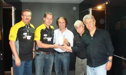 Fittipaldi entregando o prêmio para Marlon Bonilha