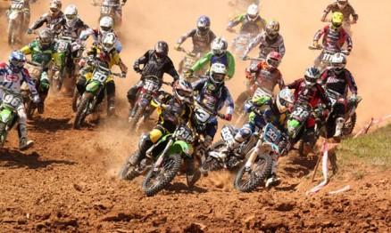 Largada da categoria MX2 na última etapa  de 2010 em Siqueira