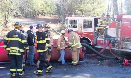 Imagem dos bombeiros em ação na casa de Doug Henry