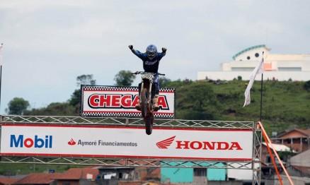 Davis comemorou o título no salto de chegada da categoria MX3