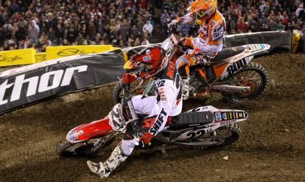 Chad Reed e Mike Alessi disputando uma curva em Anaheim