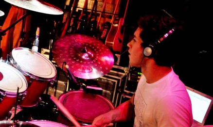 Gustavo 'Taka' é baterista da banda No Bangs
