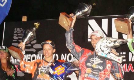 Thales Vilardi e Pipo Castro recebendo os troféus da categoria Open