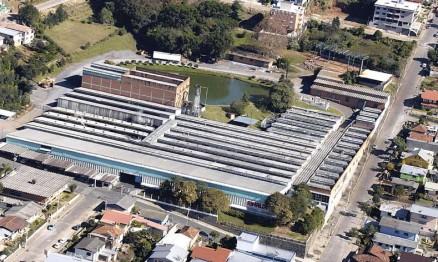 Vista aérea da fábrica na serra gaúcha