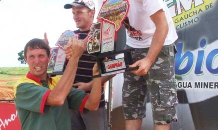 Fritz no pódio recebendo o troféu das mãos de Roberto Limberger
