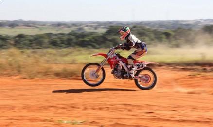 No Brasil Lucas competia pela equipe Dunas / Honda
