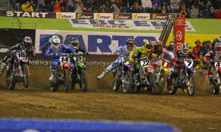 Foto um da sequência da largada da categoria Supercross