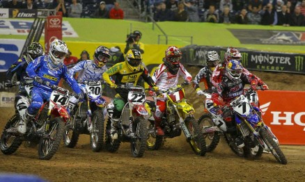 Foto dois da sequência da largada da categoria Supercross