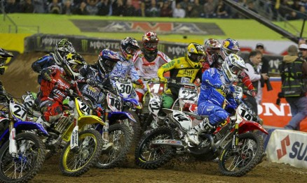 Foto quatro da sequência da largada da categoria Supercross