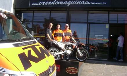 Rodrigo, Jethro e Alexandre na frente da loja Casa de Máquinas KTM