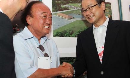 O assessor de competições Wilson Yasuda com diretores da Honda