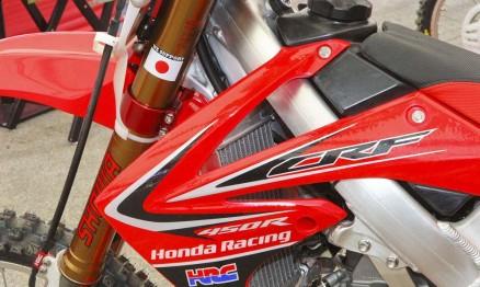 Detalhe da moto de Canard com tributo a tragédia no Japão