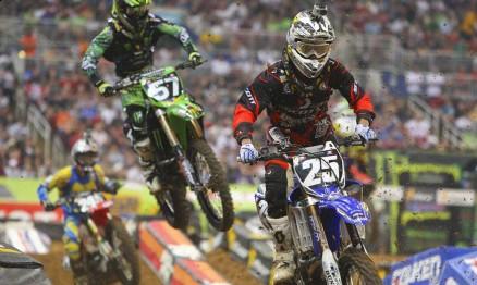 Disputa entre Ryan Sipes da Yamaha e Blake Baggett da Kawasaki