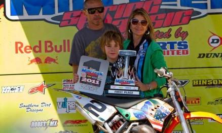 Enzo com seus pais Léo e Delaine Lopes em Mill Creek no Alabama