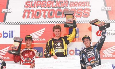 Adam Chatfield no ponto mais alto do pódio é piloto da IMS Racing