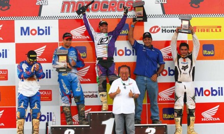 Pódio da categoria MX3 com Davis Guimarães no ponto mais alto