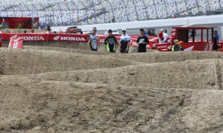 Os obstáculos são um dos pontos altos do AMA Supercross