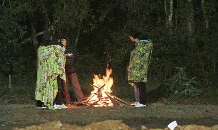 Galera fez fogueira para se aquecer na pista em Vila Flores
