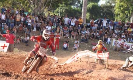 Público se acomodou na sombra para curtir as corridas do VX em Rolim