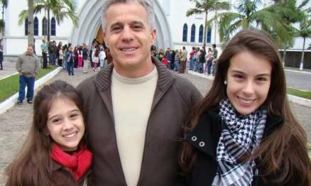 Cássio 'Espetacular' Garcia ladeado pelas filhas Alice e Sofia