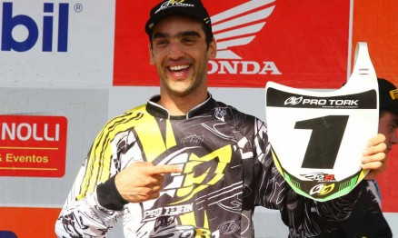 Jorginho Balbi com a placa de número da Superliga de Motocross na MX Pró