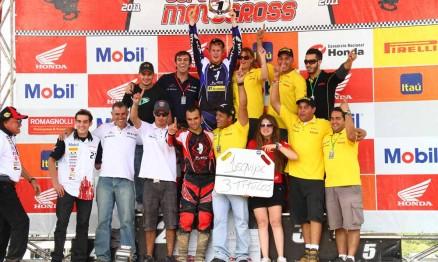 Chatfield comemorou o título com os membros da equipe IMS / Honda