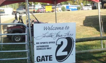 Portão de entrada dos boxes no Rancho de Loretta Lynn
