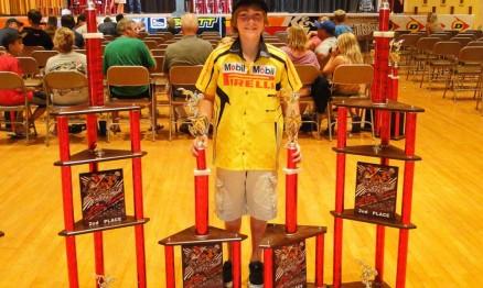 Enzo Lopes com os troféus conquistados em Ponca City