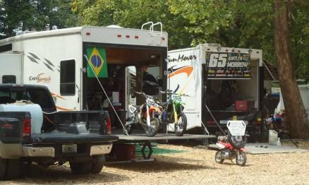 Caminhão da equipe de Enzo estacionado nos boxes em Loretta