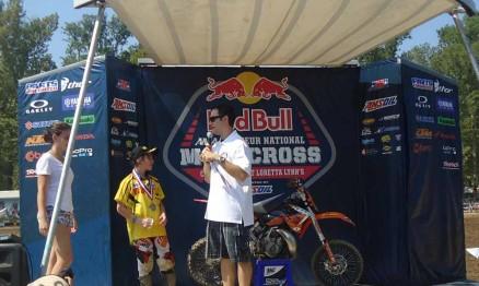 Enzo recebendo a medalha de prata de Jason Weigandt pela 1ª bateria