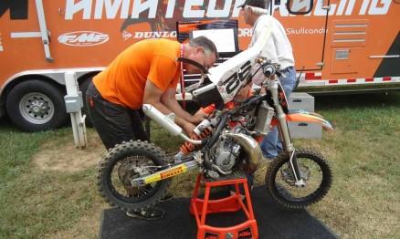Mecânicos verificando se a moto estava dentro do regulamento