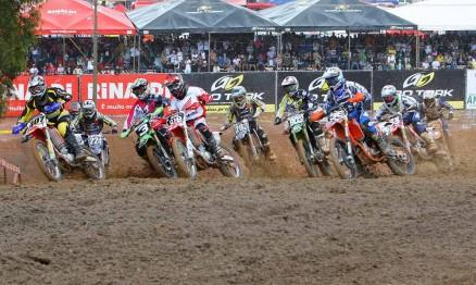 Largada da categoria MX2 no Brasileiro de Motocross em Anchieta