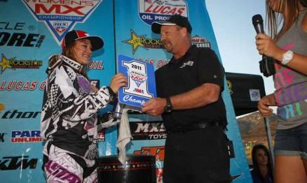 Ashley recebendo a placa de campeã do AMA Motocross WMX 2011